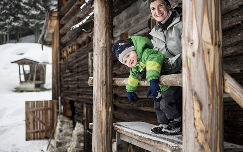 Catharina Zwerger with child feeding wild animals | © Kleinwalsertal Tourismus eGen | Photographer: Andre Tappe