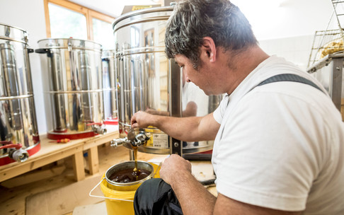Beekeeper Achim Schneider preparing the honey | ©  Kleinwalsertal Tourismus eGen | Photographer: Dominik Berchtold