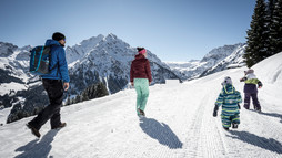 Winter hiking family | © Kleinwalsertal Tourism eGen | Photographer: Dominik Berchtold