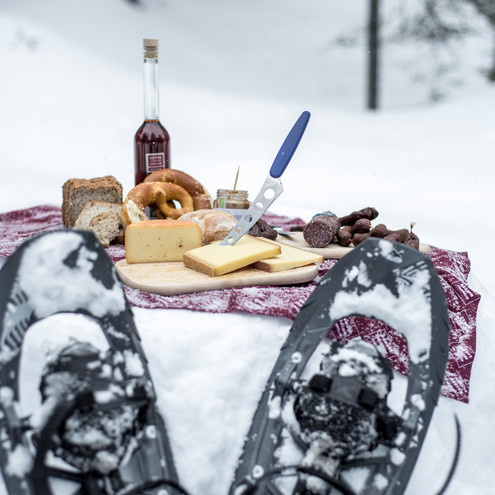 Snowshoe tour through the GenussRegion | © Kleinwalsertal Tourism eGen | Photographer: Dominik Berchtold