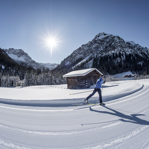 Cross-country skiing on the Steinbock trail | © Kleinwalsertal Tourismus eGen | Photographer: Dominik Berchtold