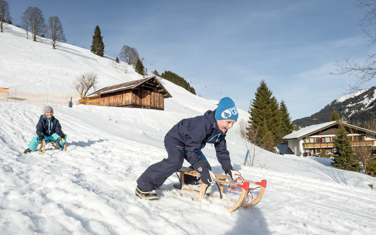 Sledding with children | © Kleinwalsertal Tourismus eGen | Photographer: Dominik Berchtold