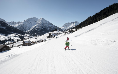 Skiing in the valley Kleinwalsertal | © Kleinwalsertal Tourismus eGen | Photographer: Dominik Berchtold
