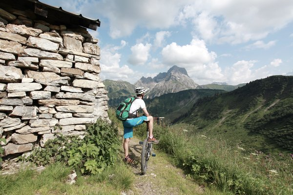 Mountain biking overlooking Big Widderstein | © Kleinwalsertal Tourismus eGen | Photographer: Frank Drechsel