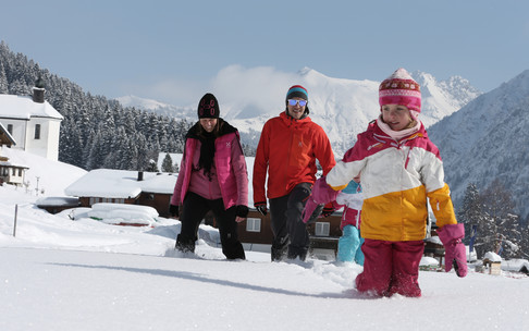 Winter hiking family Baad | © Kleinwalsertal Tourism eGen | Photographer: Frank Drechsel