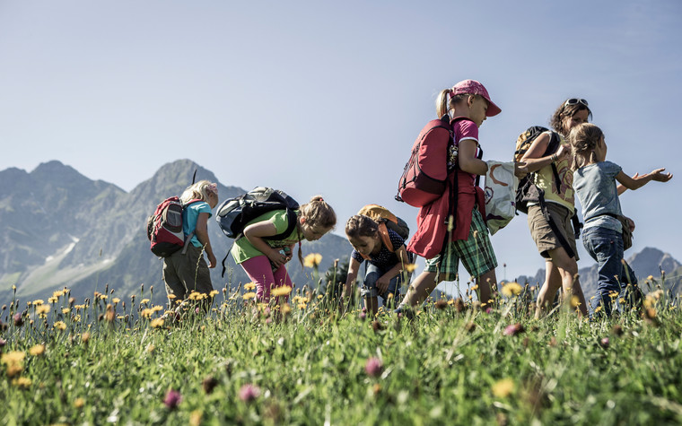 Children discover nature | © Kleinwalsertal Tourismus eGen | Photographer: Oliver Farys