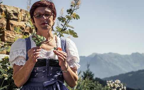 Herb woman Christine in the alpine herb garden | © Kleinwalsertal Tourismus eGen | Photographer: Oliver Farys