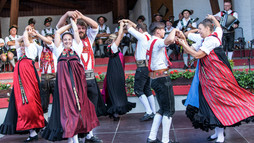 Dance in traditional costume at the Alphorn Serenade 2018 | ©  Kleinwalsertal Tourismus eGen | Photographer: Frank Drechsel