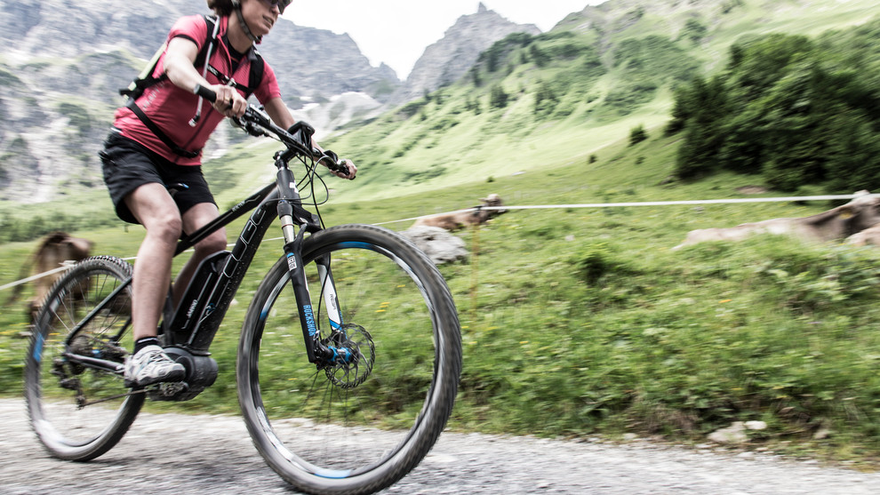 Fast on the road with the e-mountain bike | © Kleinwalsertal Tourismus eGen | Photographer: Frank Drechsel
